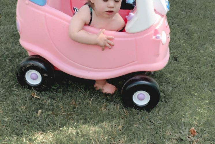 Looking for outdoor toys to keep your toddler entertained all summer long? Check out these 10 outdoor summer toys for toddlers. | Toddlers | Outdoor toys | Outdoors | Kids | Toys |